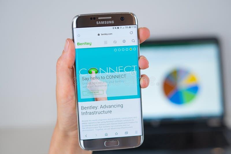 Вебсайт компании Bentley на экране телефона стоковое фото