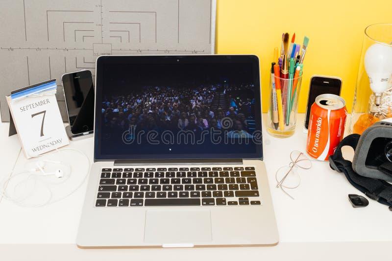 Вебсайт компьютеров Эпл showcasing полная аудитория с прессой стоковое изображение rf