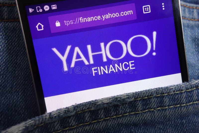 Вебсайт финансов Yahoo показанный на смартфоне спрятанном в кармане джинсов стоковое фото rf