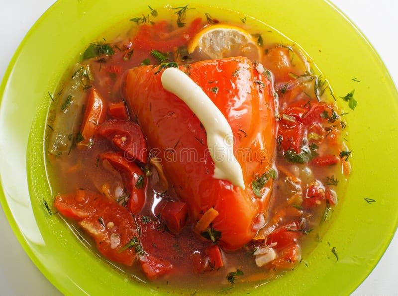 Вегетарианец заполнил сладкий перец с томатом в зеленой плите стоковые изображения