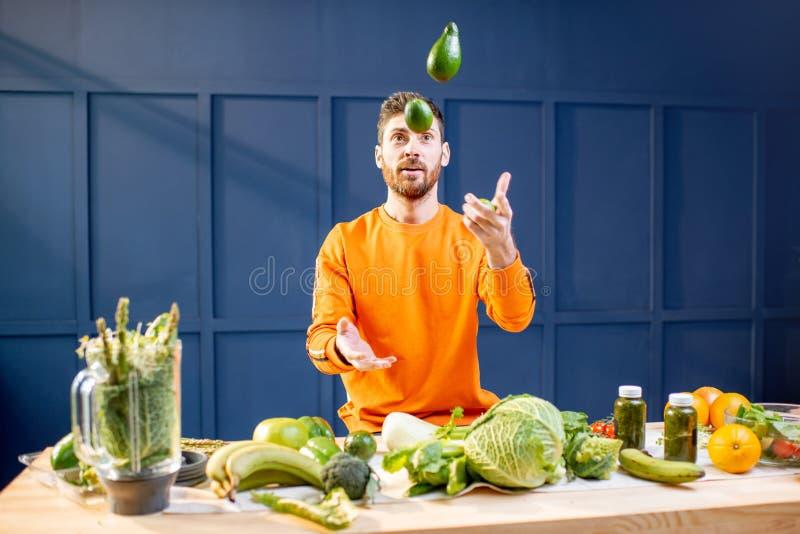 Вегетарианец со свежими овощами на голубой предпосылке стоковая фотография rf