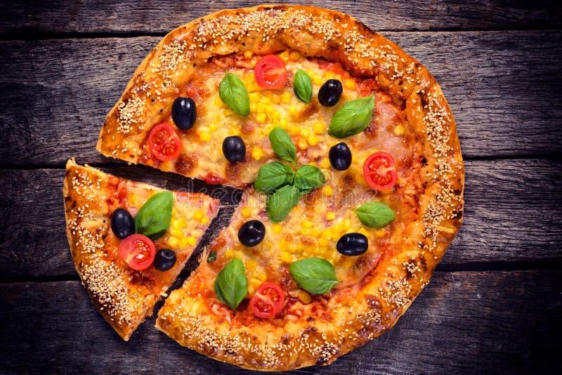 Вегетарианская пицца сверху стоковые фото