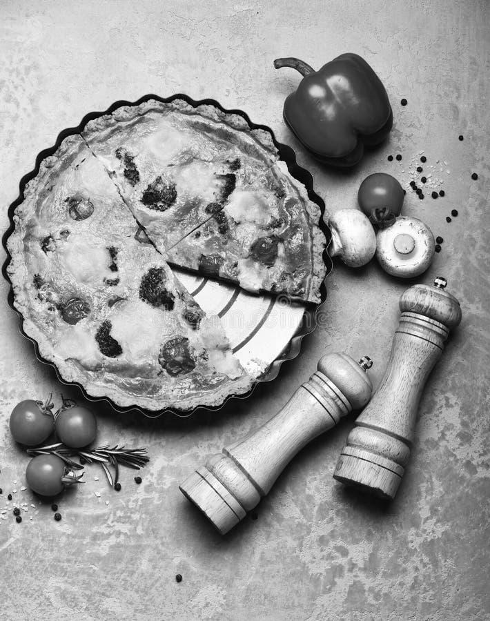 Вегетарианская пицца с томатами, брокколи и сыром стоковые изображения
