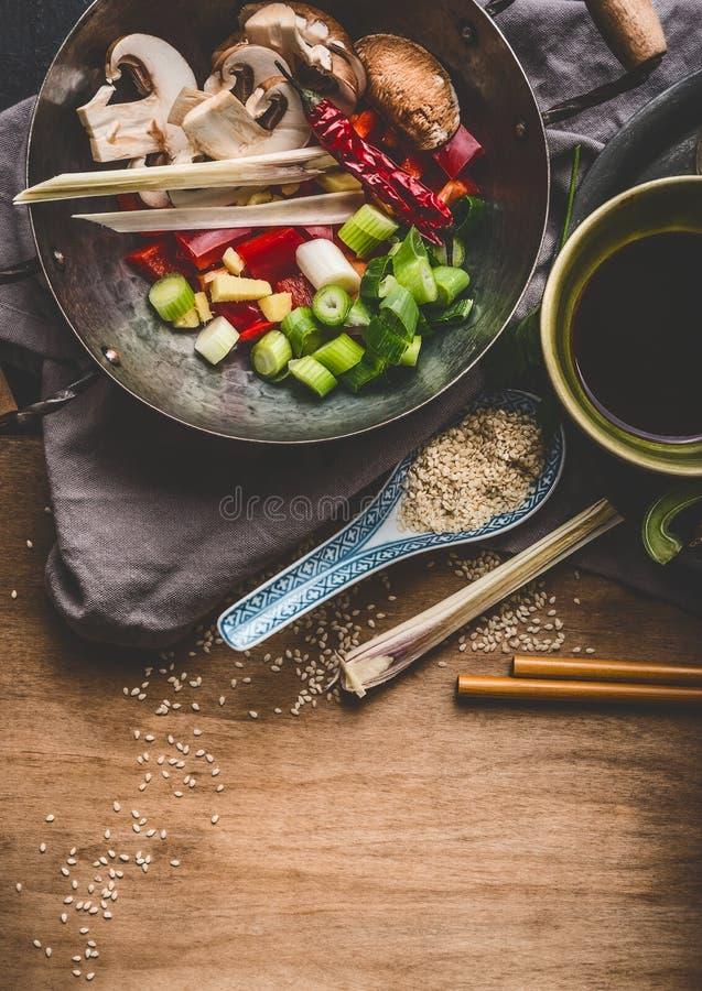 Вегетарианские азиатские ингридиенты кухни для stir жарят в баке вка с прерванными овощами, соевым соусом, специями и палочками н стоковые изображения rf
