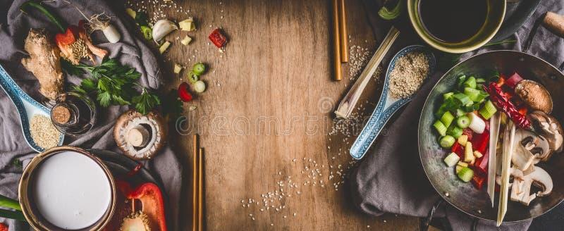 Вегетарианские азиатские ингридиенты кухни для stir жарят с прерванными овощами, кокосами доят, специи, палочки и бак вка на дере стоковые изображения rf