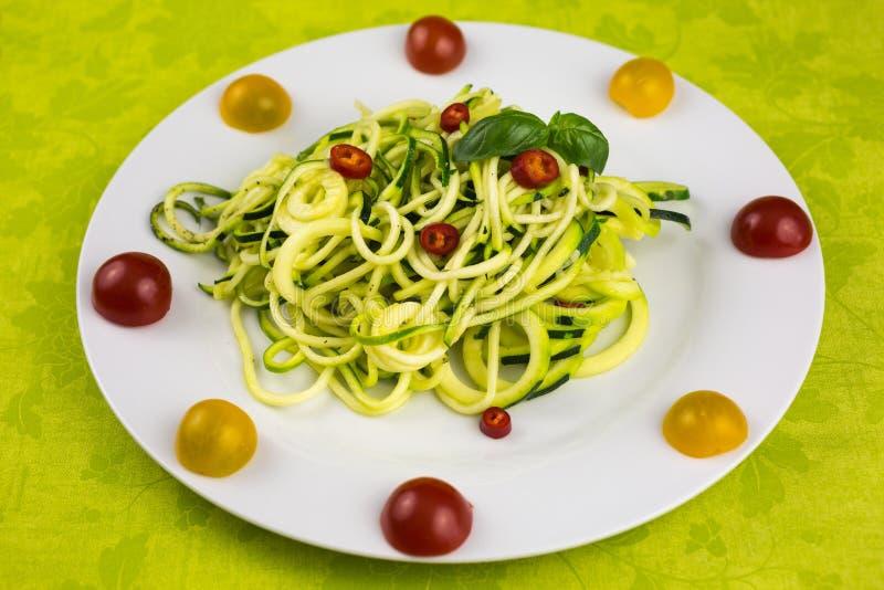 Вегетарианские лапши цукини стоковое изображение rf