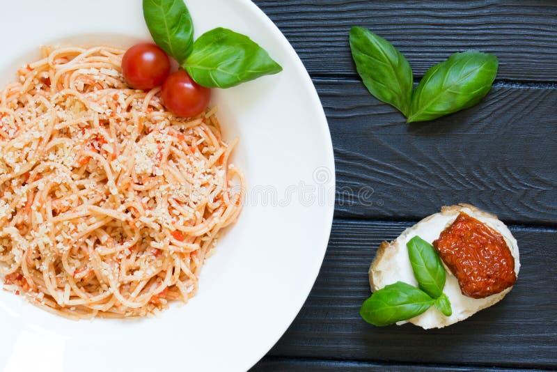 Вегетарианские макаронные изделия с пармезаном, томатным соусом и bruschetta с стоковые фото