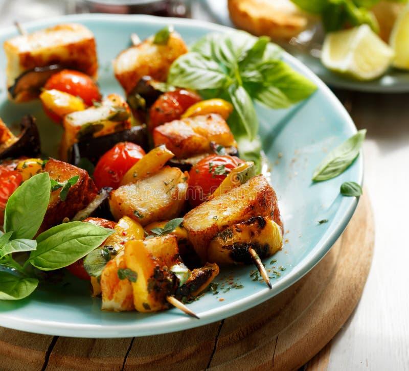 Вегетарианские протыкальники с сыром и овощами halloumi стоковое изображение
