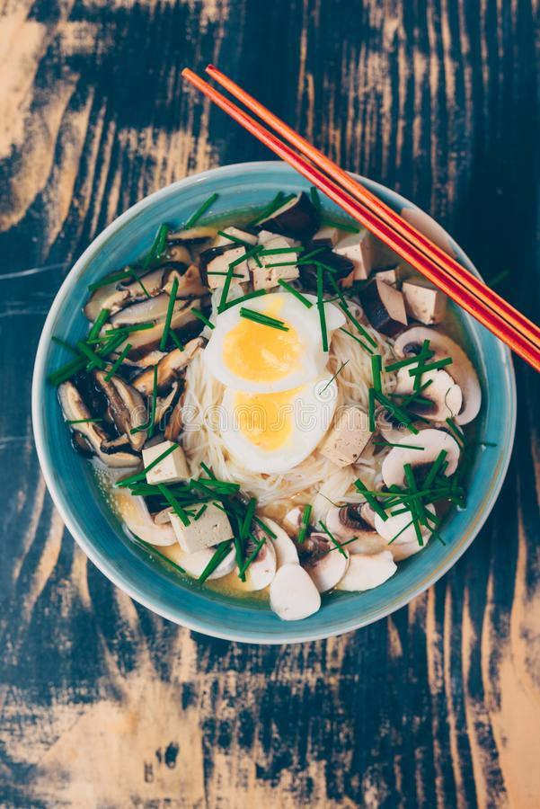 Вегетарианские рамэны с мисо, тофу и грибами стоковые фотографии rf
