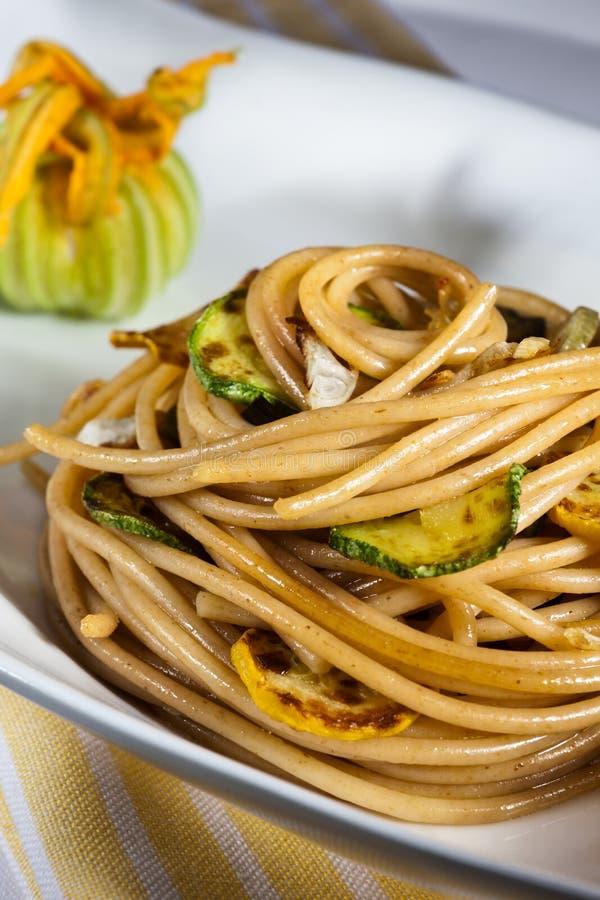 Вегетарианские спагетти с зеленым courgette стоковое фото rf