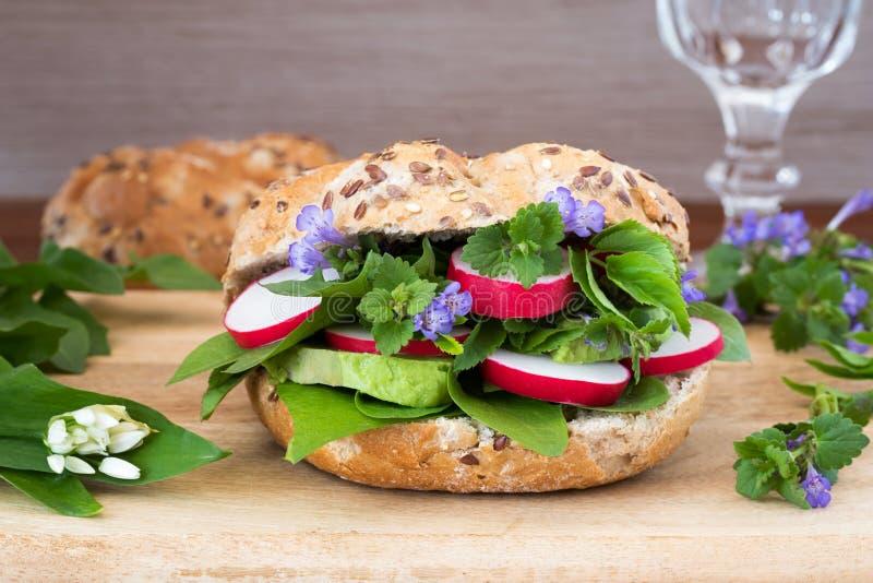 Вегетарианский бургер с земл-плющом, одичалым чесноком, одуванчиком и ot стоковое фото rf