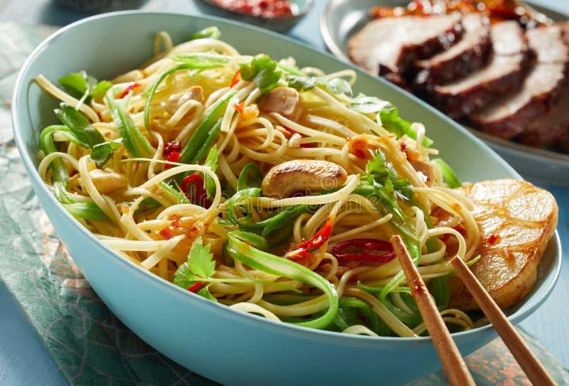 Вегетарианский китайский шар лапши с палочками стоковые изображения rf