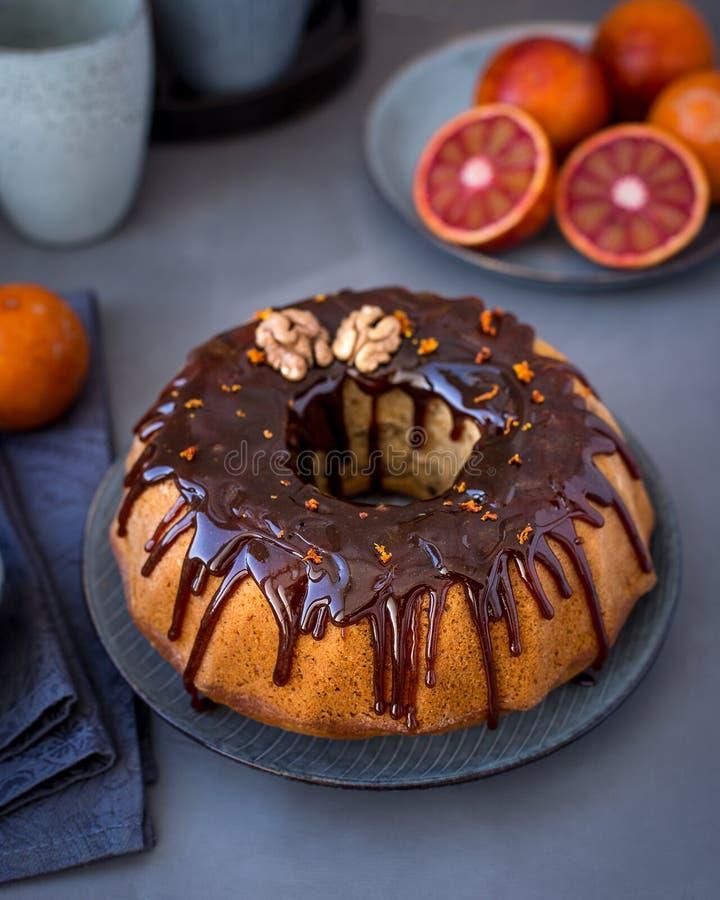 Вегетарианский оранжевый торт Bundt с грецким орехом, поливой карамельки стоковая фотография