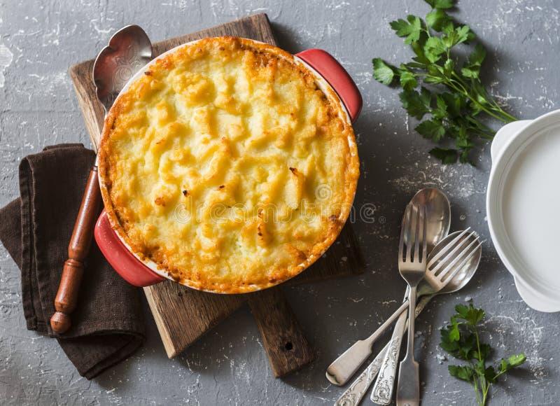 Вегетарианский пирог ` s чабана Картошки, чечевицы и сезонный сотейник овощей сада стоковые фото