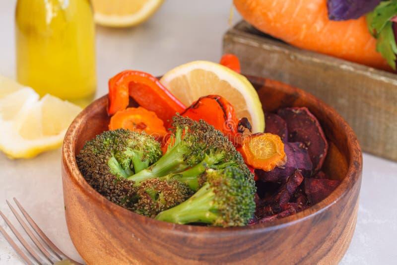 Вегетарианский салат испеченных овощей в деревянном шаре стоковые изображения