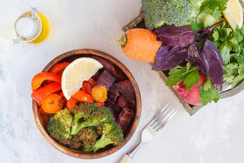 Вегетарианский салат испеченных овощей в деревянном шаре стоковое фото