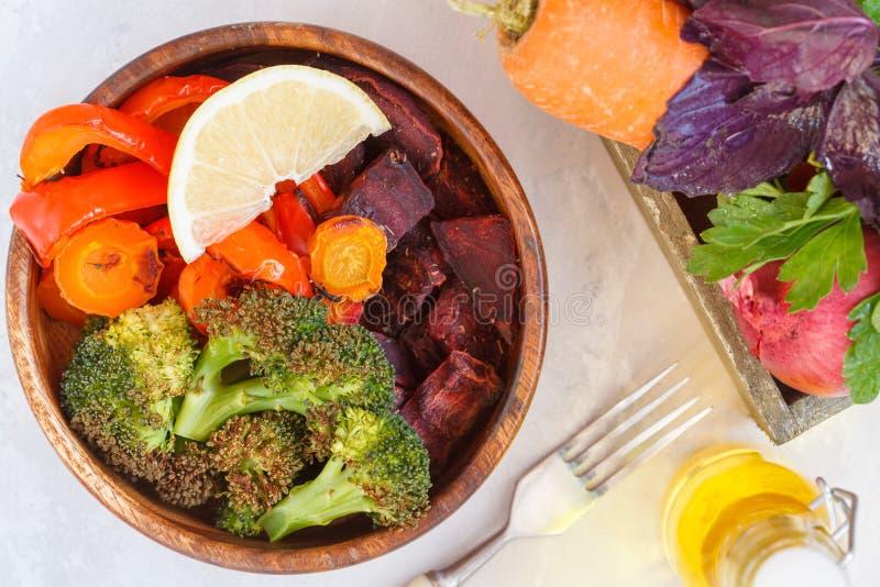 Вегетарианский салат испеченных овощей в деревянном шаре стоковая фотография rf