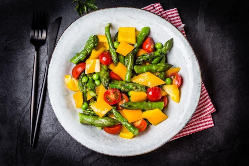Download Вегетарианский салат с спаржей, томатами вишни, болгарским перцем, предпосылкой шифера Стоковое Фото - изображение насчитывающей печет, черный: 81806544