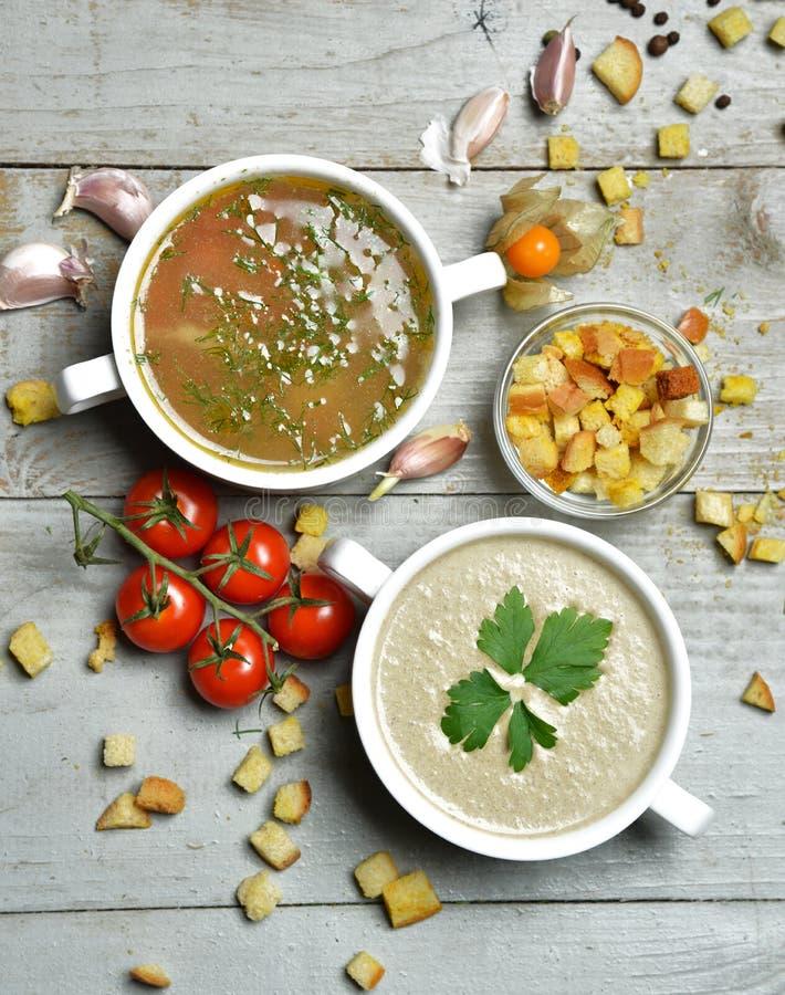 Вегетарианский суп гриба и рыб cream в шаре с равенствами чеснока стоковые изображения