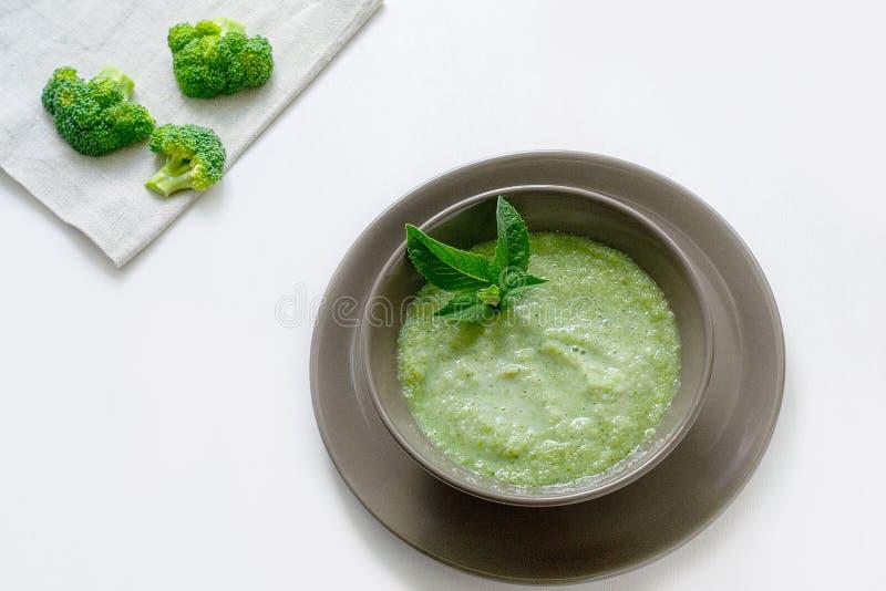 Вегетарианский суп пюра брокколи на белой предпосылке r стоковое изображение rf