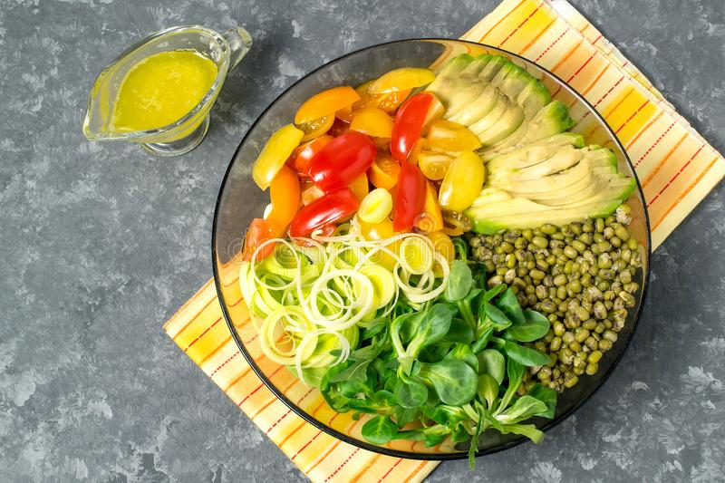 Вегетарианский шар обеда с фасолями mung и свежими овощами стоковые фотографии rf