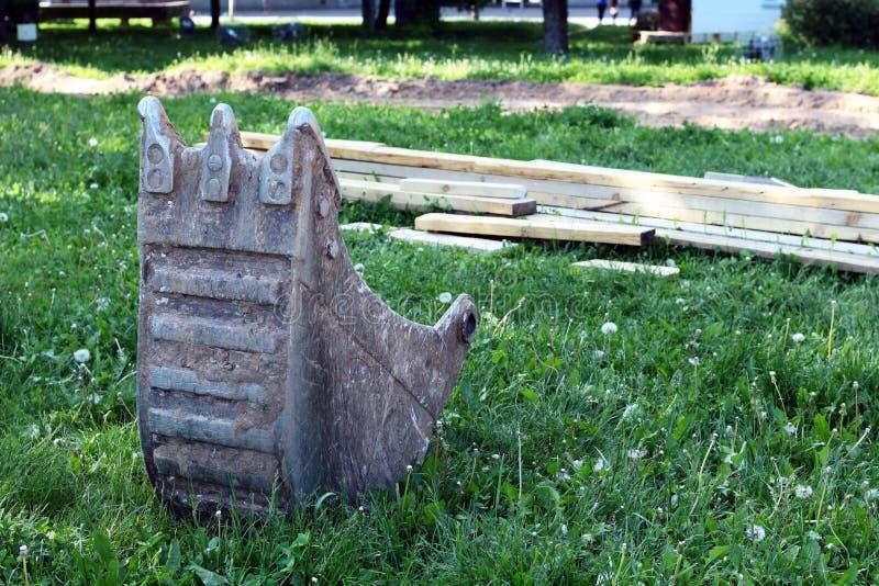 Ведро лопаткоулавливателя на траве стоковое фото rf