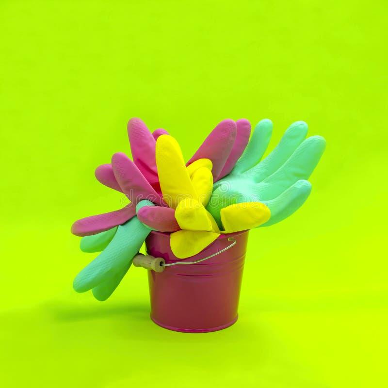 Ведро с пестроткаными резиновыми перчатками в форме цветка для c стоковая фотография