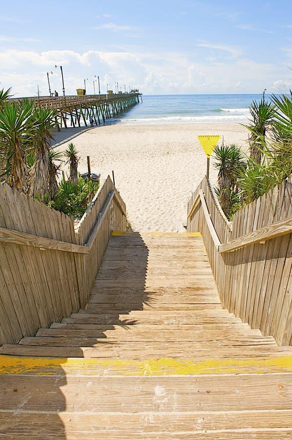 ведущие лестницы океана к деревянному стоковые изображения