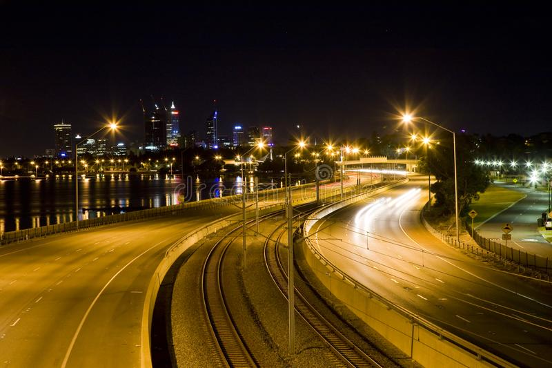 Ведущие линии к городу Перта стоковое изображение rf