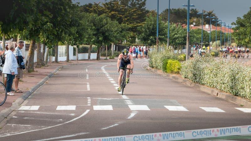 Ведущий велосипедист в повороте на французском triat выпускных экзаменов чемпионата стоковые изображения rf