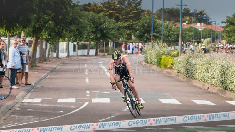 Ведущий велосипедист в повороте на французском triat выпускных экзаменов чемпионата стоковое фото