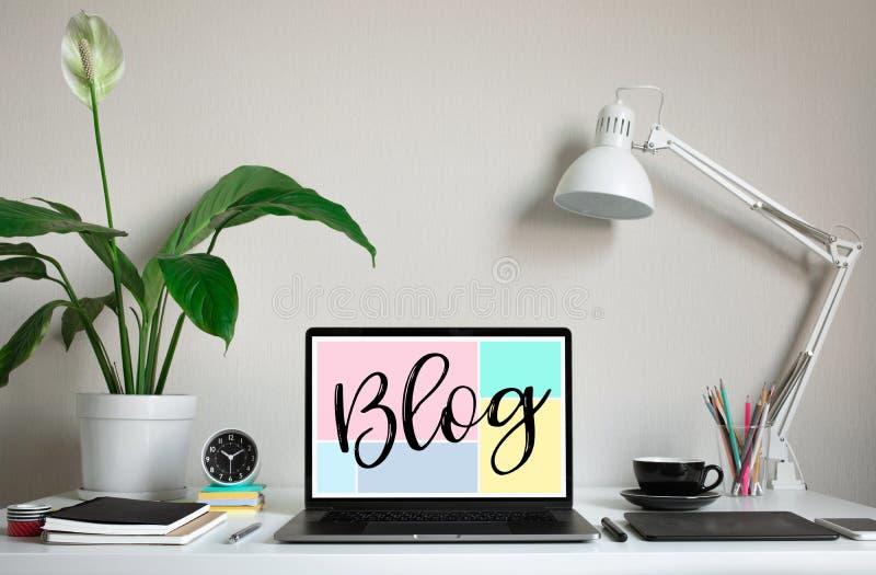 Ведущ блог, идеи концепций блога с ноутбуком компьютера на worktable творческие способности и воодушевленность дела стоковое изображение rf