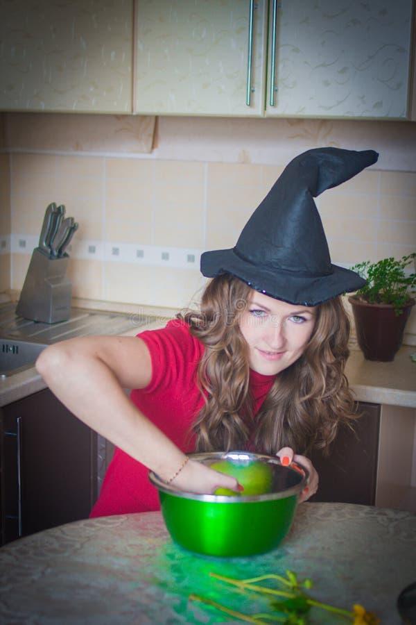 Ведьма в кухне среди стоковые изображения