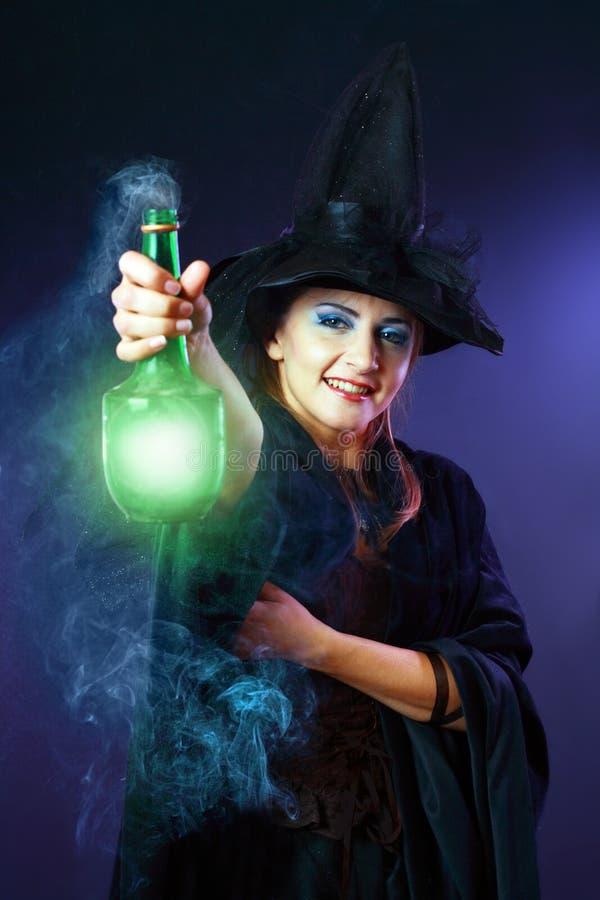 Ведьма делая зелье стоковая фотография