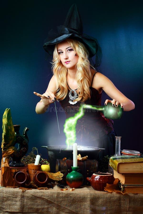 Ведьма делая зелье стоковое фото rf