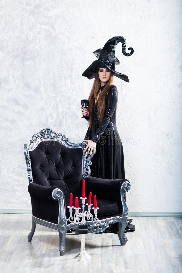Ведьма хеллоуина в черном платье стоковая фотография rf