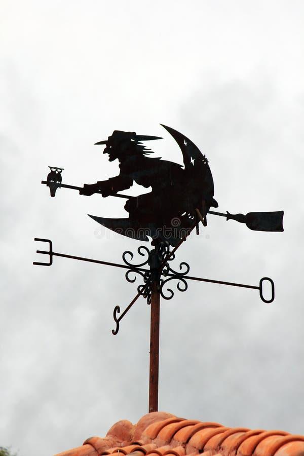 Ведьмы ехать символ веников дирекционный стоковое фото rf