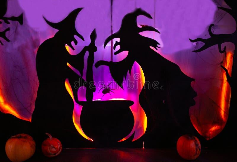2 ведьмы мешают волшебство произношения по буквам подающего зелья стоковые изображения