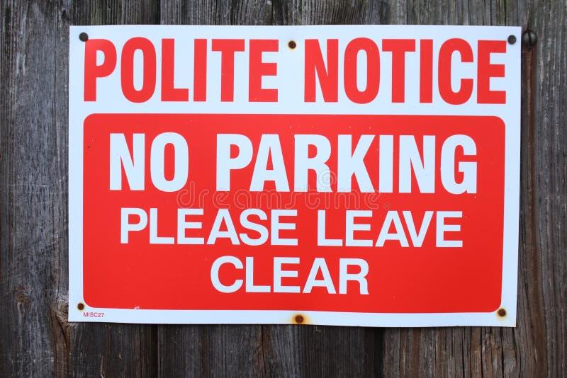 Вежливо извещение отсутствие стоянкы автомобилей Пожалуйста выйдите ясно стоковые изображения