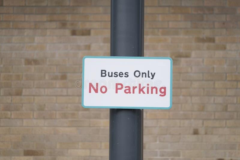 Везет единственный дорожный знак на автобусе в школе скомплектуйте вверх пункт стоковое изображение