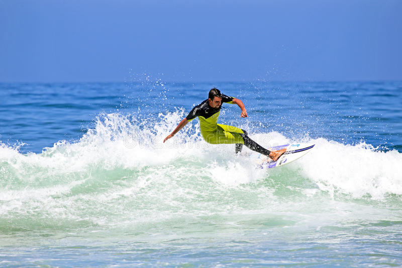 ВЕЙЛ FIGUEIRAS - 20-ОЕ АВГУСТА: Профессиональный серфер занимаясь серфингом волна стоковая фотография rf