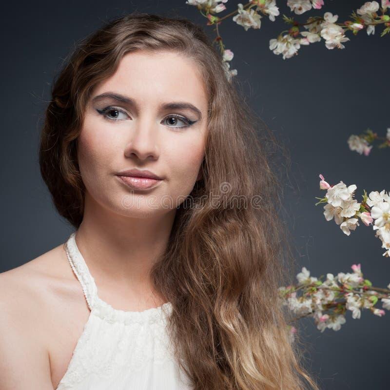 Download вектор весны иллюстрации девушки 10 Eps Стоковое Изображение - изображение насчитывающей смотреть, красивейшее: 41652409