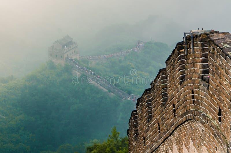 Великая Китайская Стена Китая через туман стоковые фотографии rf