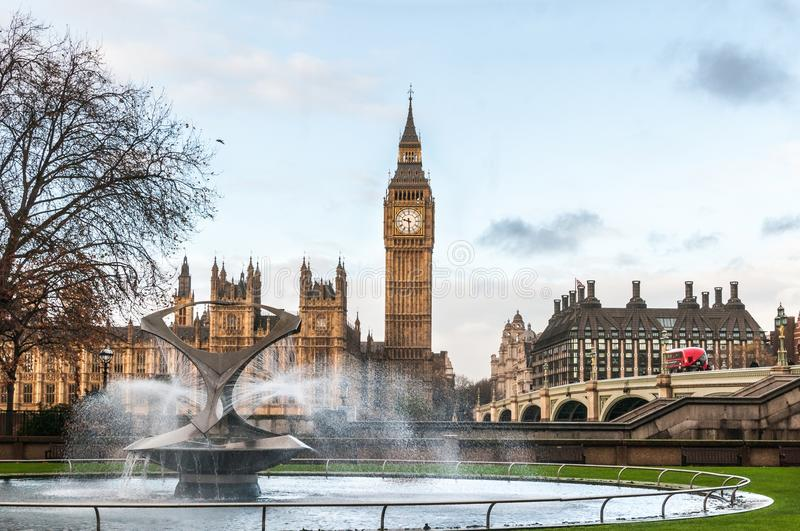 Великобритания, Лондон, большое Бен и фонтан больницы St. Thomas доверяют стоковые изображения rf
