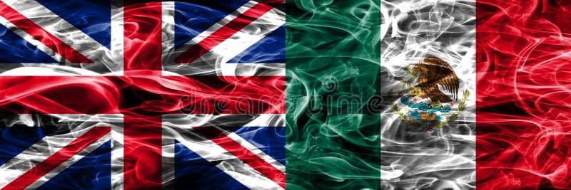 Великобритания против мексиканського дыма сигнализирует помещенную сторону - мимо - сторона Толщиной покрашенные шелковистые флаг стоковая фотография rf