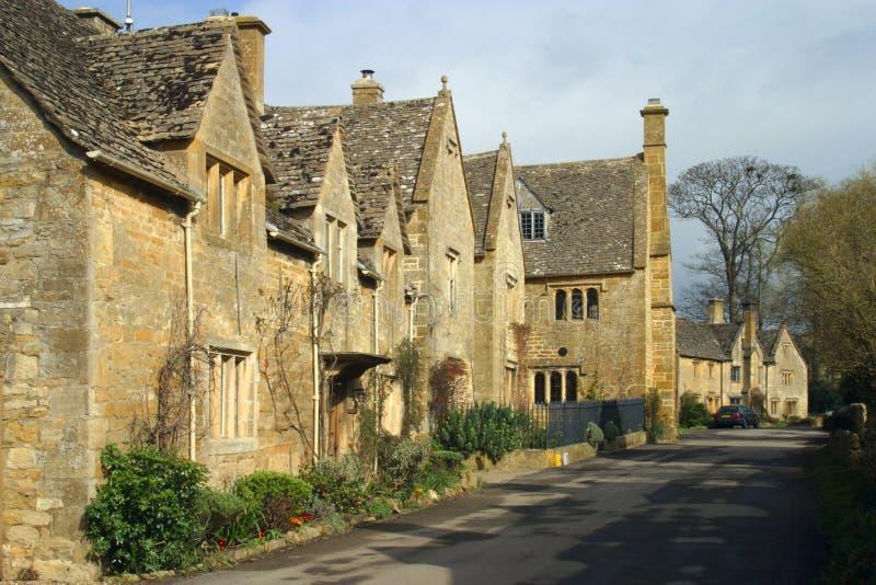 Великобритания, Cotswolds, живописная улица в деревне Stanton стоковые изображения rf