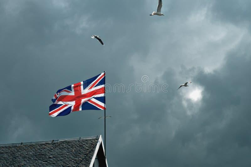 Великобританский флаг порхая в ветре стоковое изображение rf