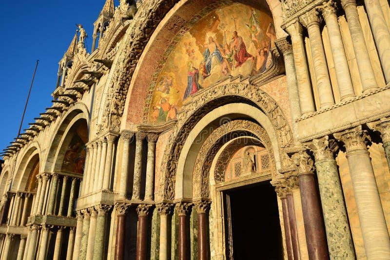 Великолепная базилика Сан Marco, в Венеции, одном самых красивых и посещать католических церквей в мире, пасхе и Ch стоковые изображения