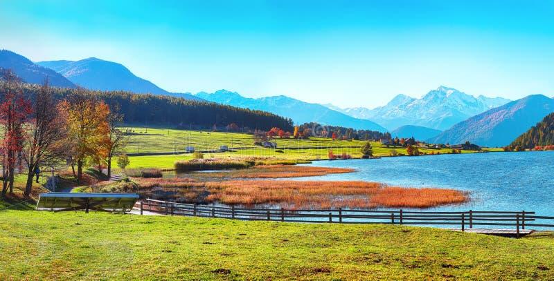 великолепная осенняя панорама озера хайдерзее-лаго-делла-мута с вершиной ортлера на заднем плане стоковые изображения rf