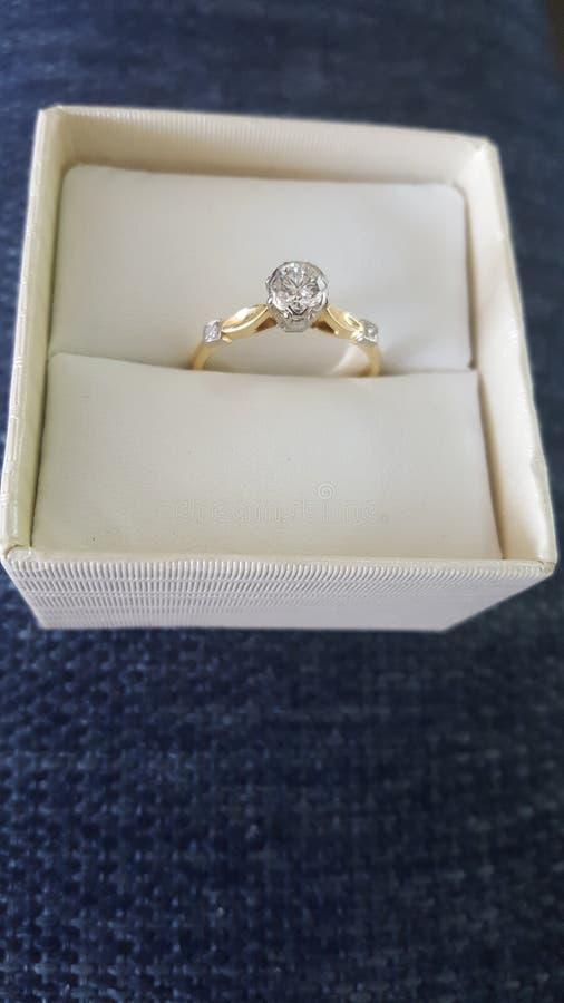 Великолепное хорошее отрезанное кольцо с бриллиантом пасьянса установило на наборе золота 18 каратов с 2 небольшими диамантами пл стоковые фото